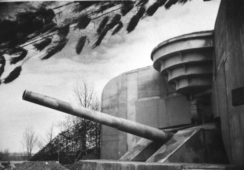 صورة لأحد المدافع العملاقة بجدار الأطلسي