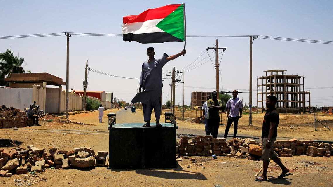 Sudanese protesters set up a barricade on a street, demanding that the country's Transitional Military Council hand over power to civilians, in Khartoum, Sudan June 5, 2019. REUTERS/Stringer