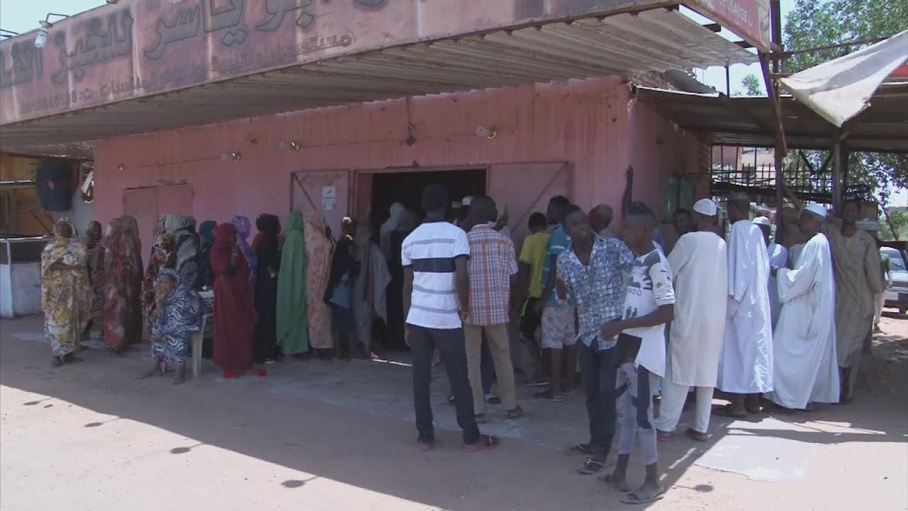 السودان.. طوابير على الخبز والوقود