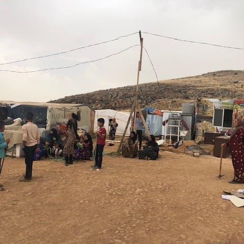 نازحون سوريون في العراء.. بلدة لبنانية تؤكد
