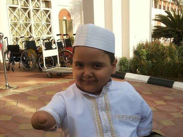 طفل سعودي من دون أطراف يغرس البسمة على وجوه من حوله
