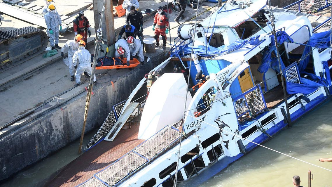 Hungarian police Tuesday began lifting a sightseeing vessel that sank in the river Danube in Budapest - Hungary - AFP