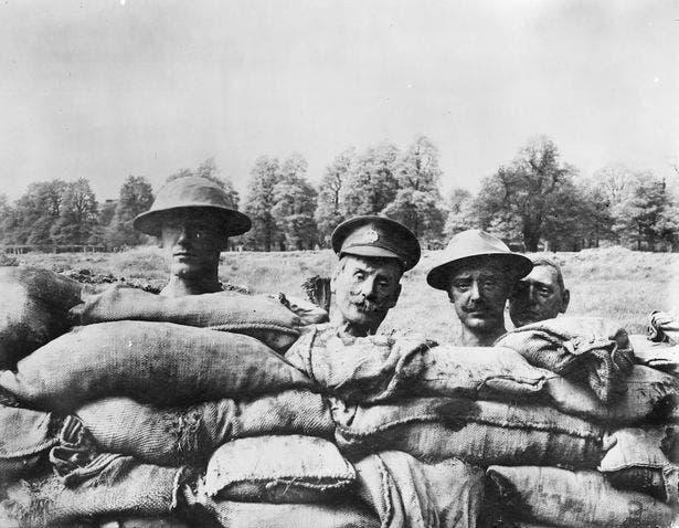صورة لعدد من رؤوس الورق المعجّن المستخدمة بالحرب العالمية الأولى
