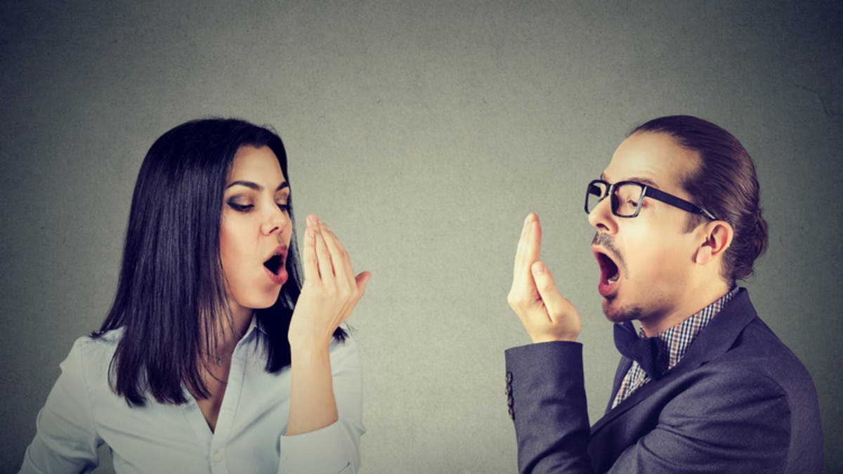 رائحة فم كريهة وراءها 10 أسباب.. بعضها خطير!