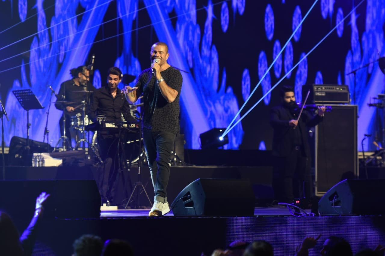 عمرو دياب أثناء الحفل