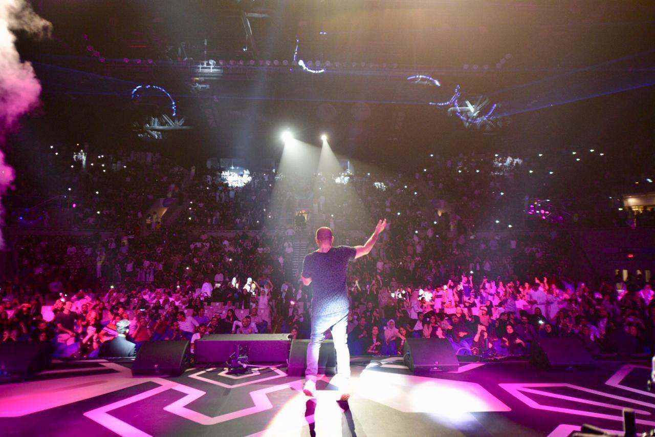 تفاعل الجمهور مع عمرو دياب وطالبه بتأدية أغنية
