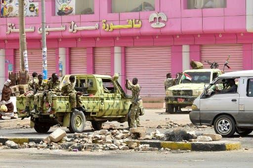 عناصر من الشرطة السودانية في أحد شوارع الخرطوم(أرشيفية)