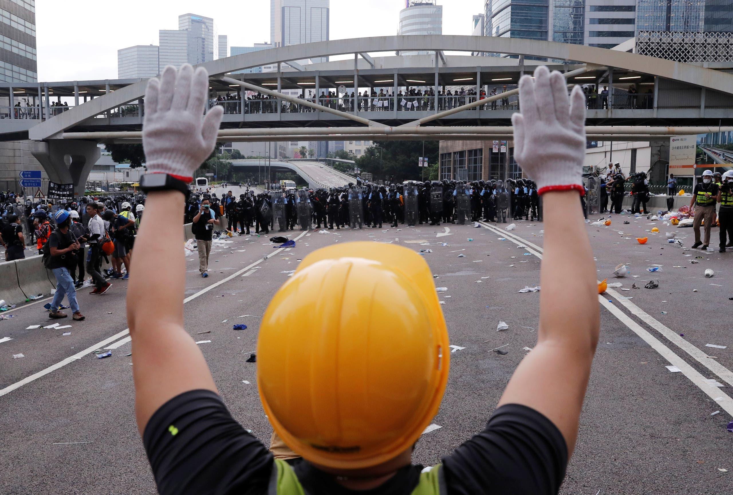 متظاهر يرفع يده عند المغادرة