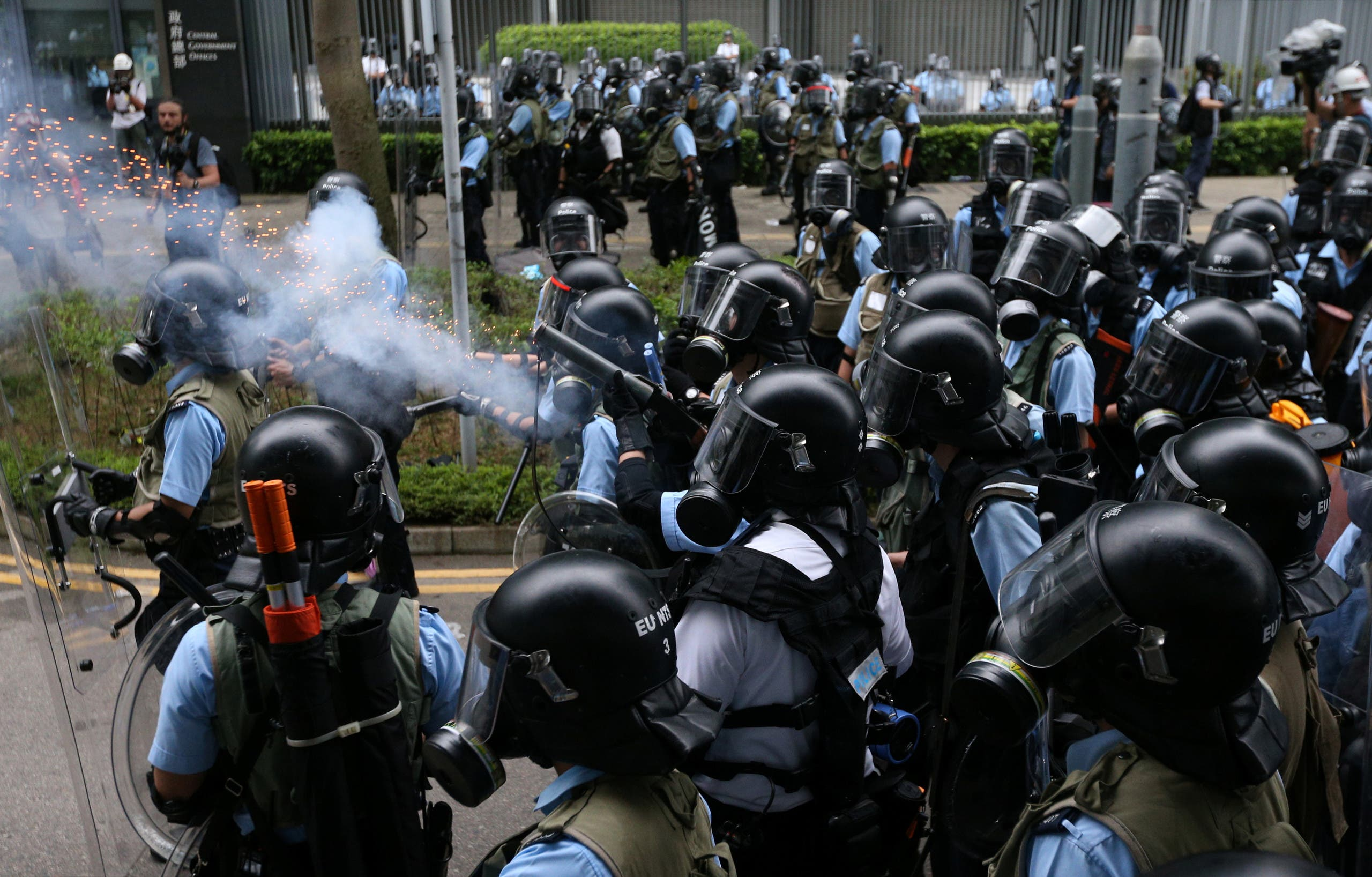 شرطة هونغ كونغ تواجه المتظاهرين