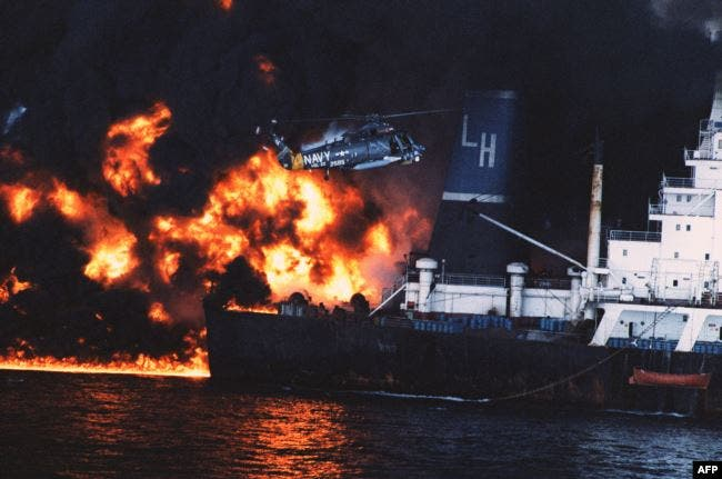 مروحية أمريكية تنقذ أفراد سفينة قبرصية تعرضت لهجوم إيراني عام 1987