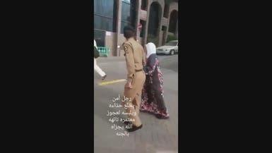 فيديو.. رجل أمن سعودي يخلع حذاءه لمعتمرة مسنة