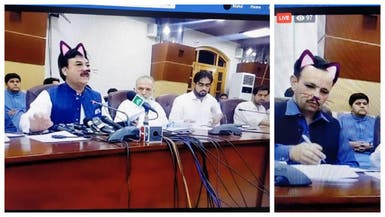 """وزير باكستاني يظهر كـ""""قطة"""" في مؤتمر صحافي"""