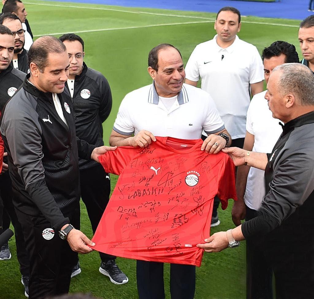 استعداداً لأمم إفريقيا.. صور السيسي مع لاعبي منتخب مصر