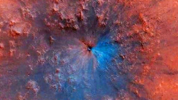 كويكب ارتطم بالمريخ فنشأت فوهة بلون أزرق تحيّر العلماء