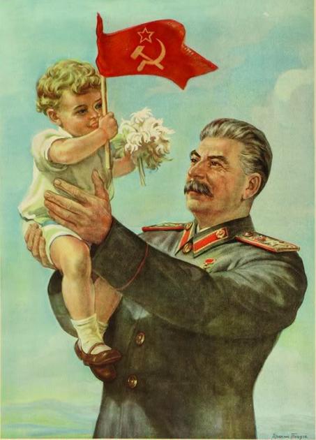 لوحة زيتية تجسد القائد السوفيتي جوزيف ستالين وهو يحمل بين يديه طفلا