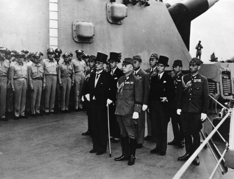 صورة للوفد الياباني عند توقيع معاهدة استسلام اليابان بالحرب العالمية الثانية