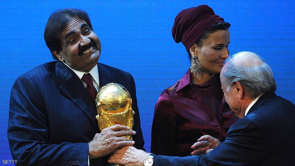 أمير قطر لحظة تسلمه كأس العالم من بلاتر بعد منح استضافة 2022 إلى قطر