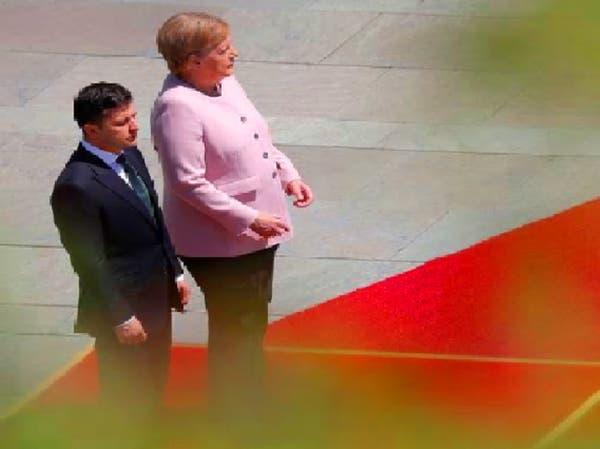 شاهد أنجيلا ميركل تهتز وترتجف بجانب الرئيس الأوكراني