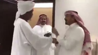 بالفيديو.. طالب يقبل رأس ويد معلمه بعد 30 عاماً