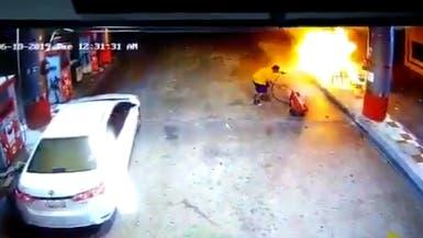 السعودية.. شاهد شابا يخمد نيرانا ملتهبة بمحطة وقود