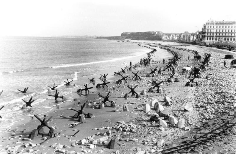 صورة لعدد من القنافذ التشيكية التي وضعها الألمان على الشواطئ لمنع انزال الحلفاء