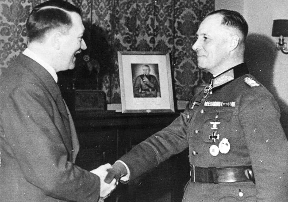 صورة تجمع بين إرفين رومل وأدولف هتلر