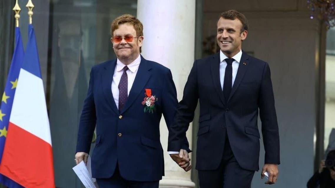 الرئيس الفرنسي إيمانويل ماكرون والفنان البريطاني إلتون جون