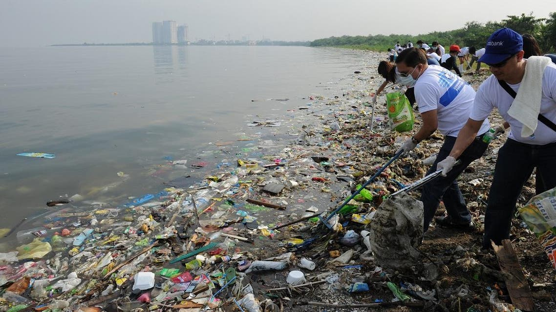 Volunteers remove rubbish washed ashore along the coastline of freedom island in Paranaque City. (File photo: AFP)