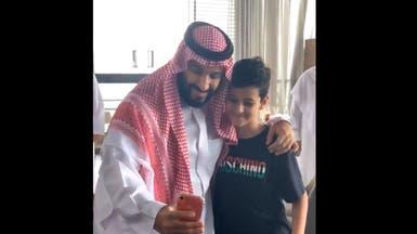 سيلفي مع طفل في جدة.. والمصور الأمير محمد بن سلمان