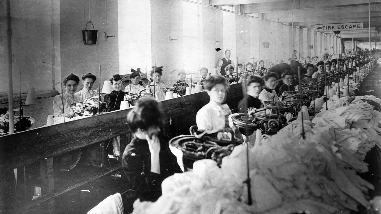 صورة لعدد من العاملات بأحد مصانع الثياب مطلع القرن العشرين