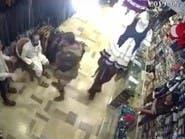 اعتداء حوثي صادم على صاحب متجر بصنعاء.. ضرب وصفع وركل