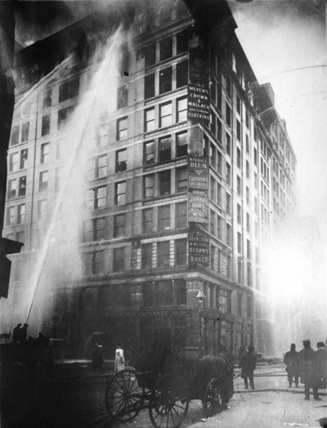 صورة لعملية إطفاء الحريق