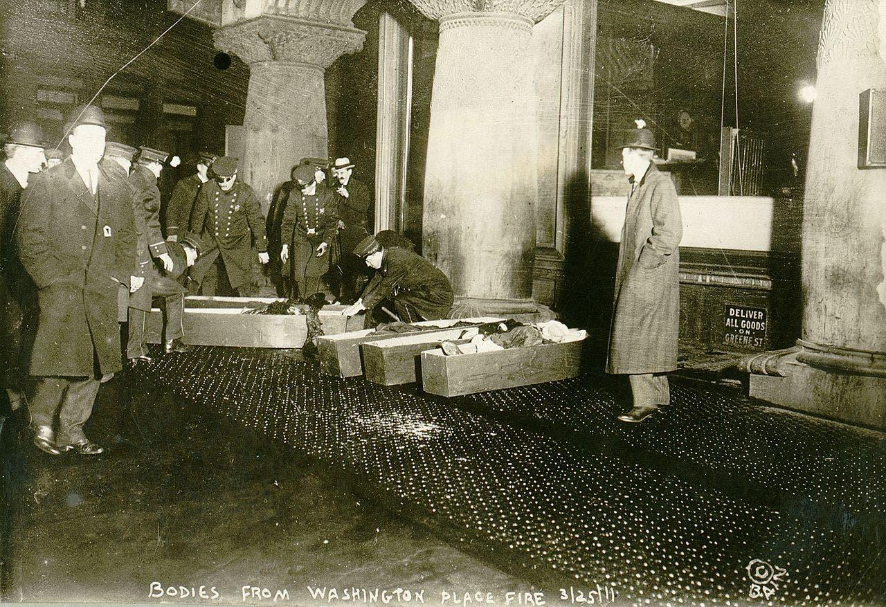 صورة لعملية وضع جثث الضحايا بصناديق الموتى