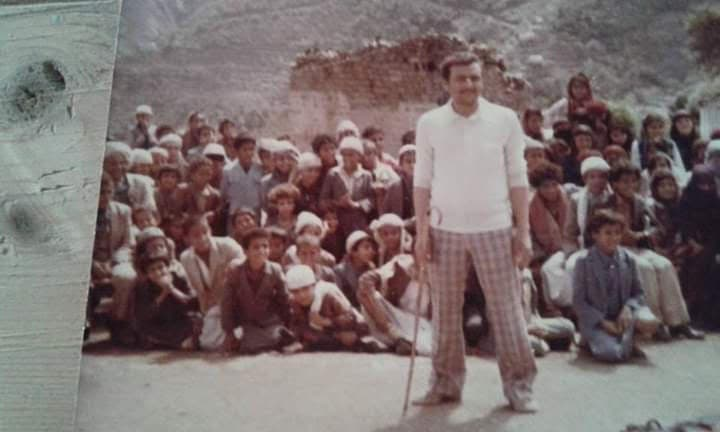 محمد الكومي في ساحة مدرسته اليمنية