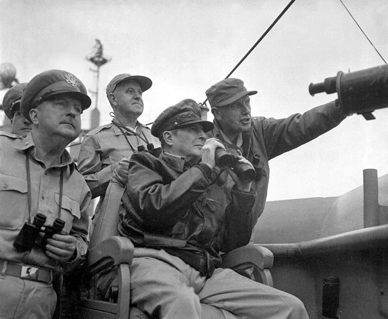 الجنرال ماكارثر خلال متابعته لقصف إنشون