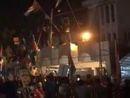 فيديو.. موالون لإيران يقتحمون سفارة البحرين في بغداد