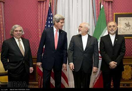 ظريف وجون كيري لدى توقيع الاتفاق النووي