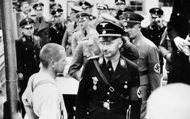 صورة لهنريش هملر قائد قوات الأس أس أثناء زيارته لأحد معسكرات الإعتقال