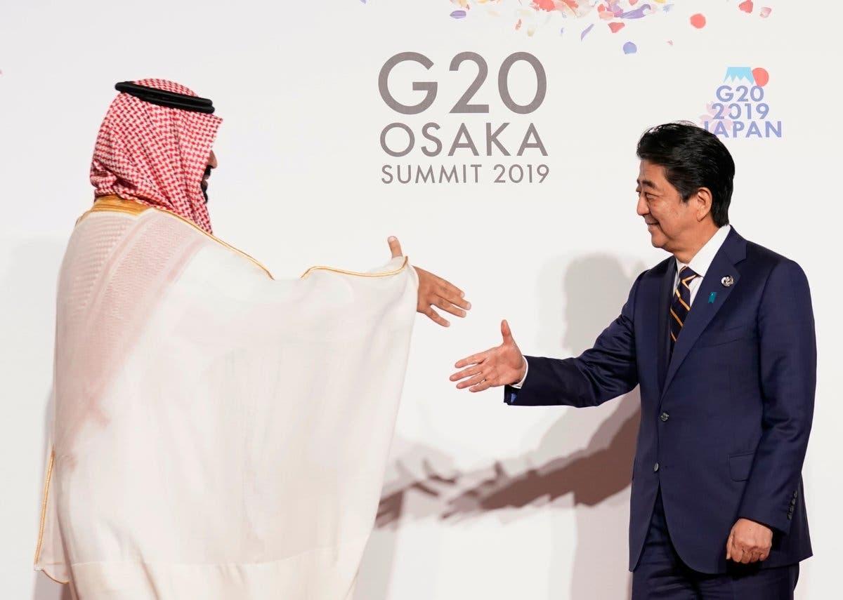 رئيس الوزراء الياباني يستقبل #ولي_العهد لدى وصوله مقر انعقاد قمة الـ #G20 في أوساكا اليابانية