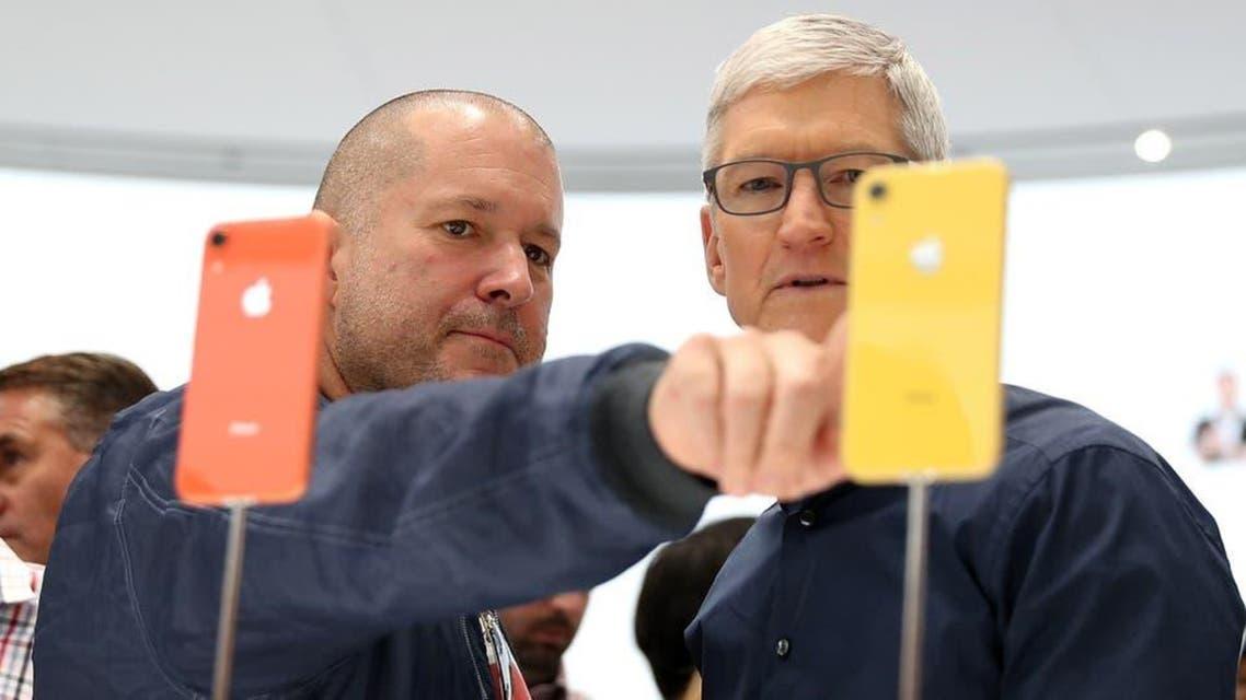 ایپل کمپنی کے ڈیزائنر جونی آئیوو اور سی ای او ٹم کک