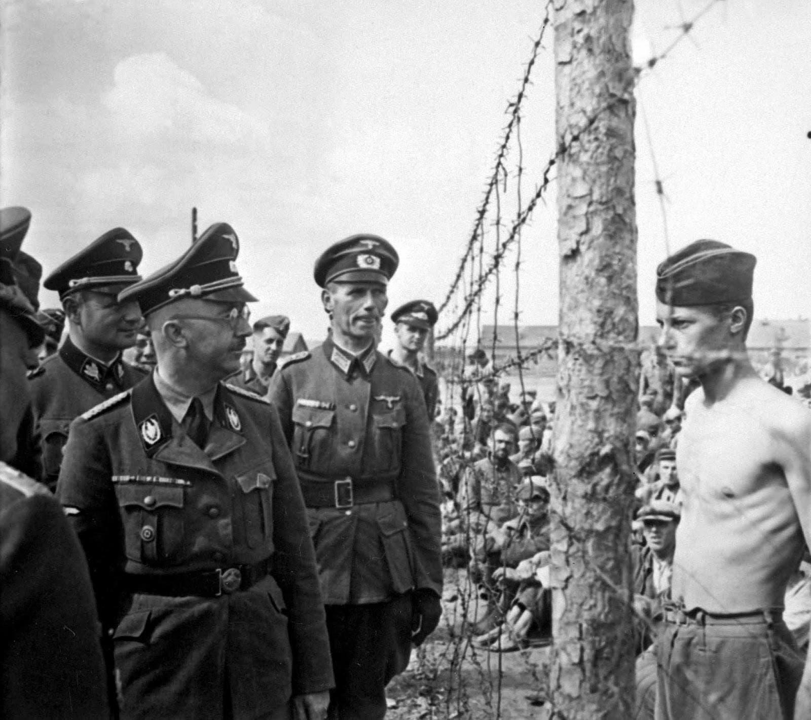 صورة لقائد فرق الأس أس هنريش هملر وهو يتفقد عددا من الأسرى السوفيت المصابين بسوء التغذية