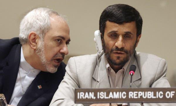 ظريف عندما كان مندوباً لإيران بالأمم المتحدة إلى جانب أحمدي نجاد