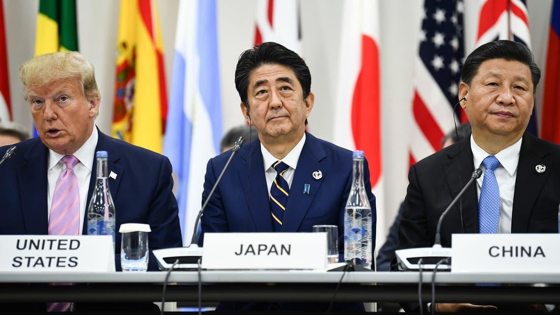 رئيس الوزراء الياباني متوسطاً الرئيس الأميركي والصيني
