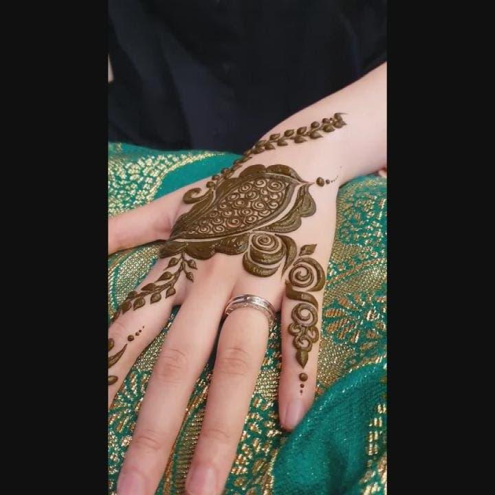 فتاة سعودية تنقش الحناء على أيدي نساء كوريا الجنوبية