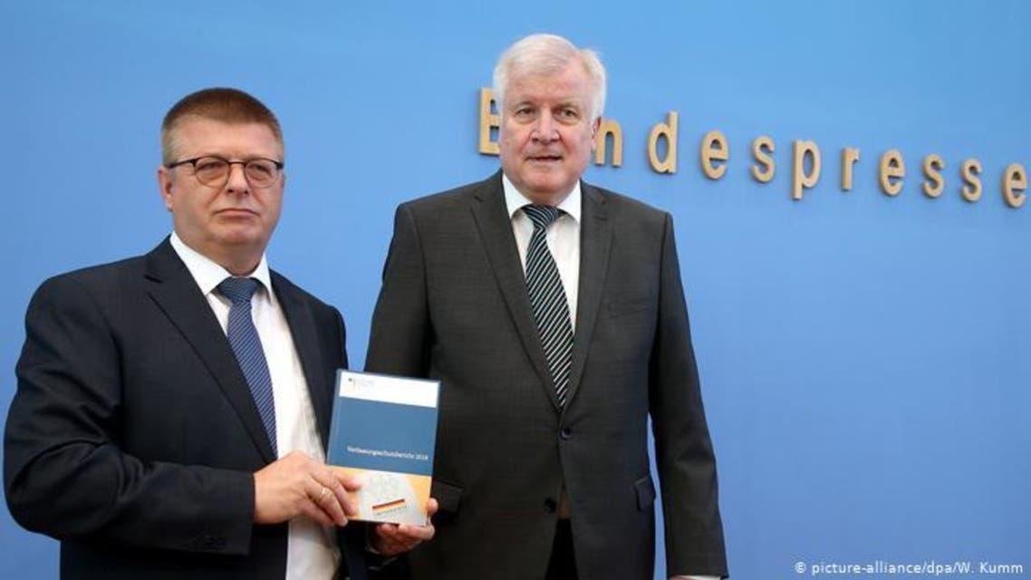 من اليمن- هورست زيهوفر وزير الداخلية الألماني و توماس هالدن فانغ رئيس منظمة الأمن الداخلي الألماني يقدمان التقرير السنوي