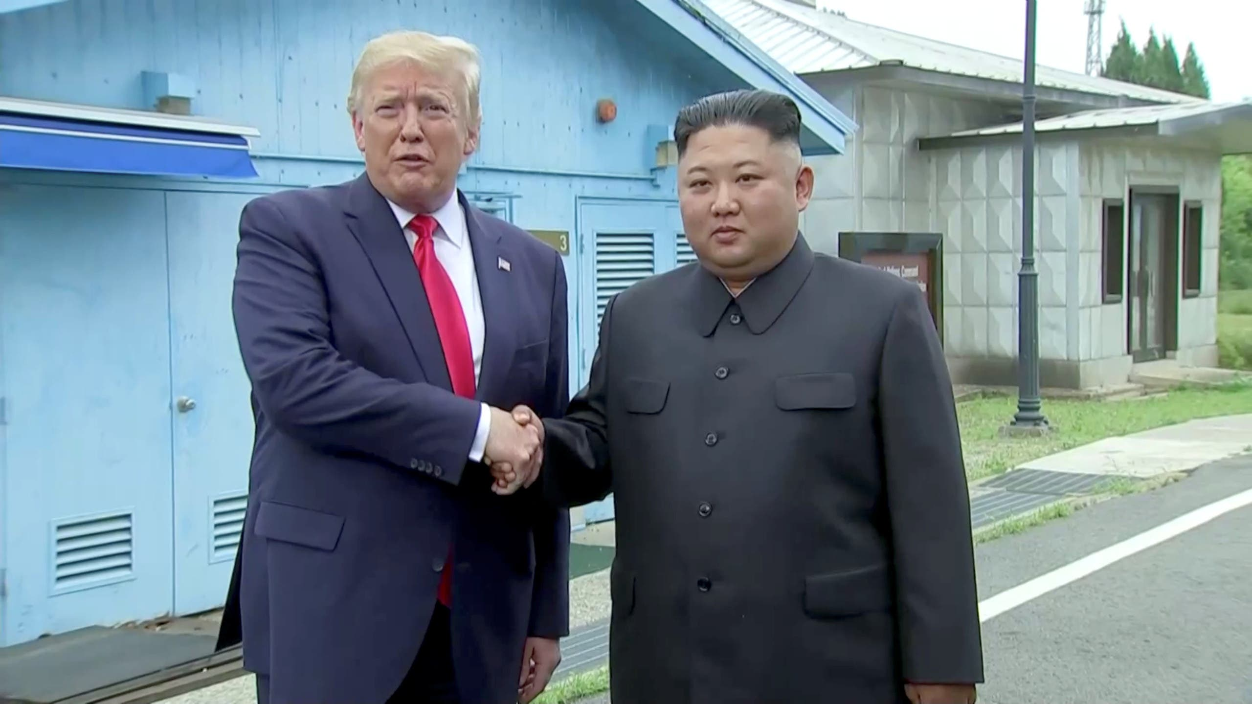 مصافحة تاريخية بين الرئيس ترمب وزعيم كوريا الشمالية