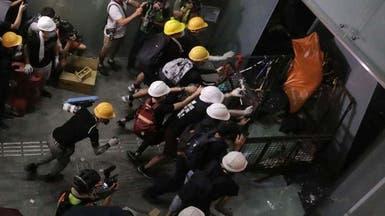 متظاهرون يقتحمون مبنى البرلمان في هونغ كونغ