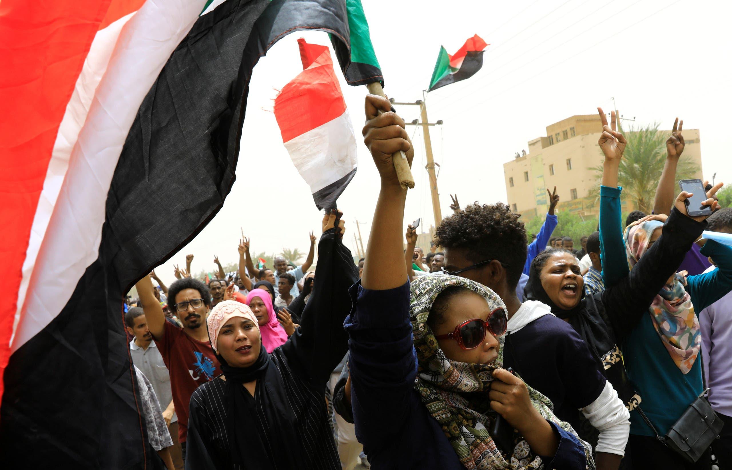 متظاهرون في شوارع الخرطوم الأحد 30 يونيو (رويترز)