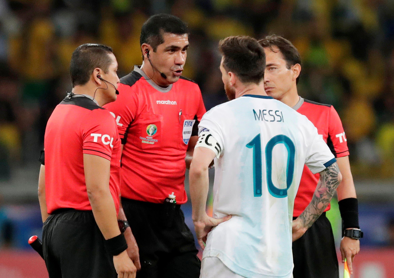 ميسي في حديث مع حكم مباراة البرازيل والأرجنتين
