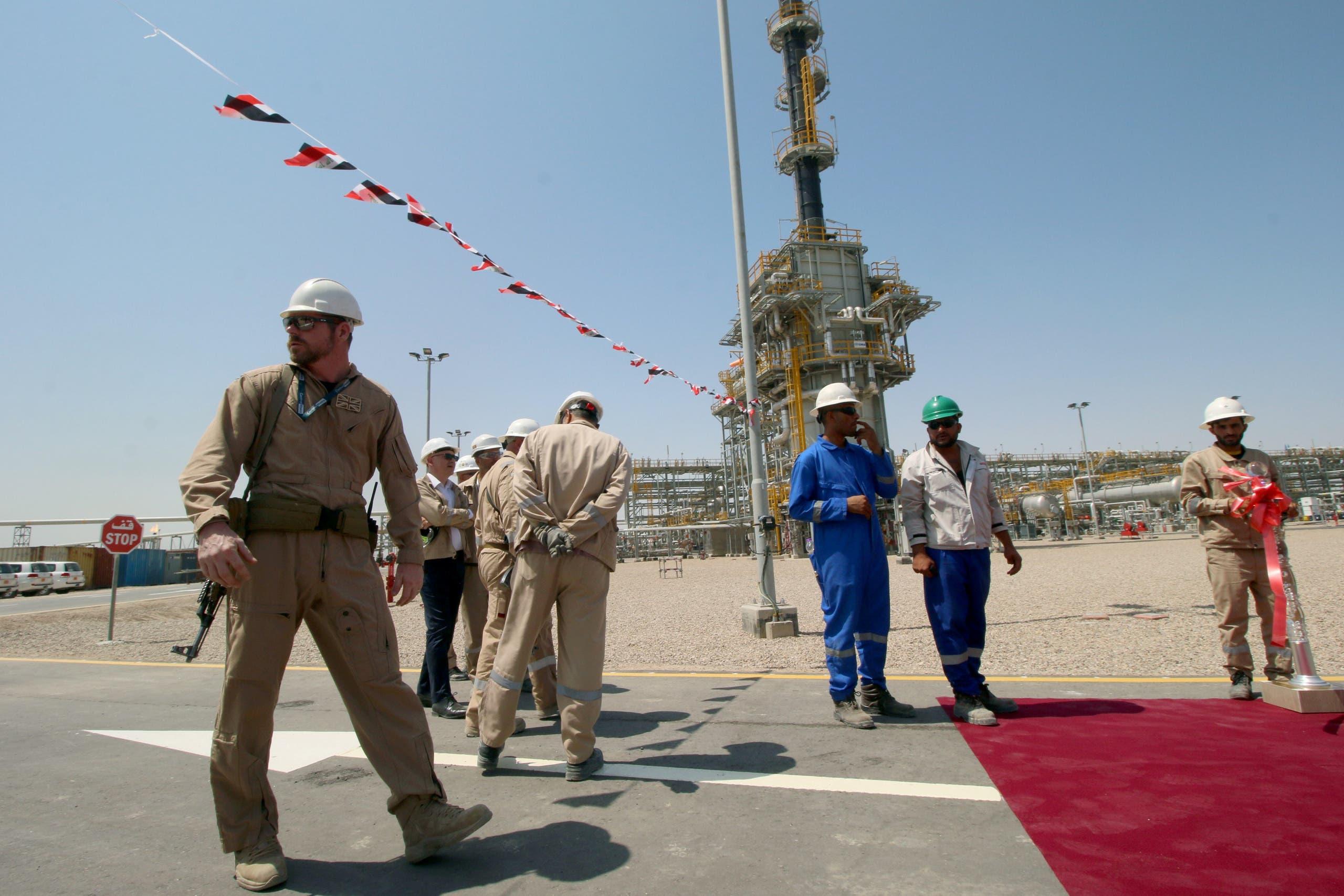 عمال في إحدى شركات النفط في إيران(رويترز)
